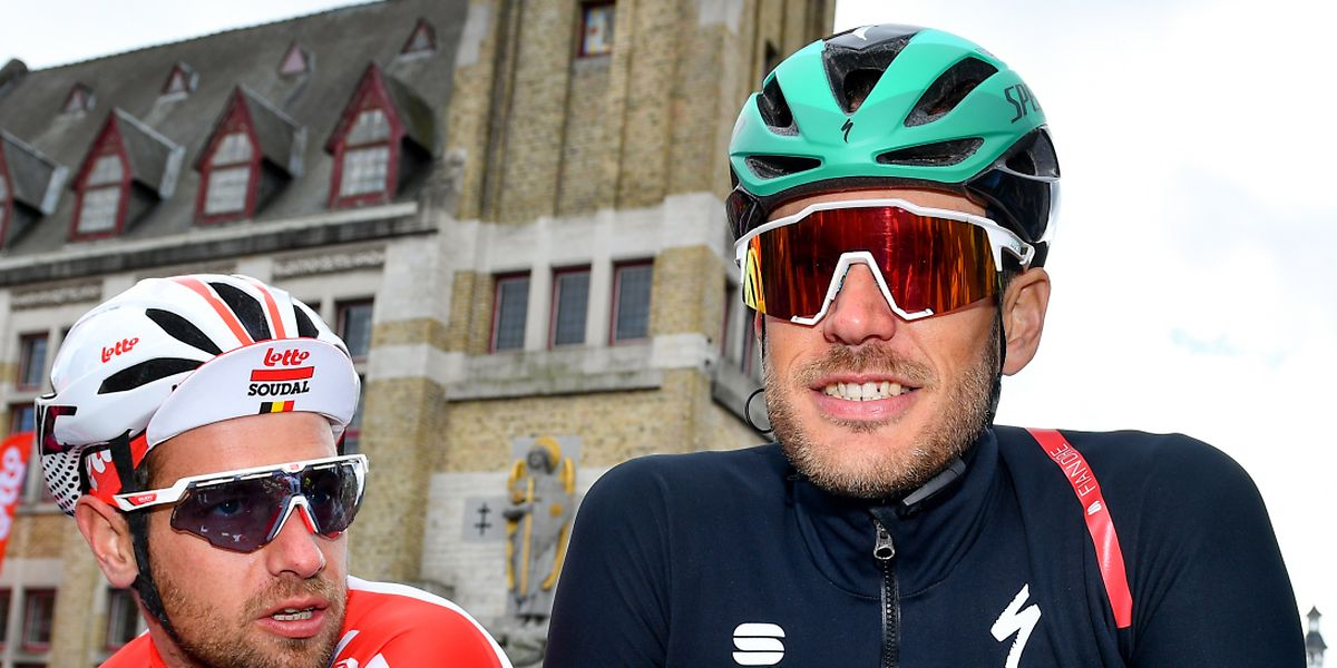 Jempy Drucker sourit au côté d'Adam Blythe (Lotto) avant le départ d'A travers la Flandre. La suite sera moins réjouissante.