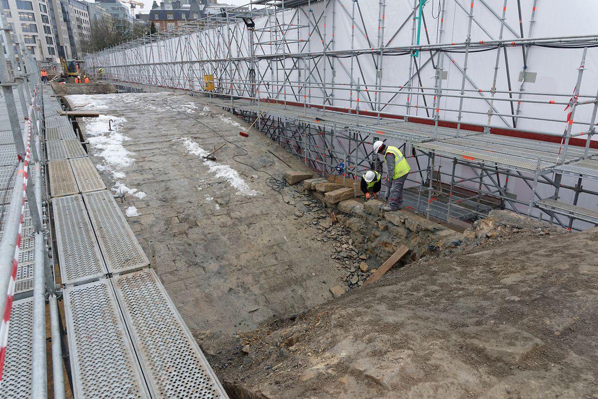 Auf diesem Bild vom 28. Januar 2015 sieht man deutlich, wie die Bögen Stein für Stein freigelegt werden.
