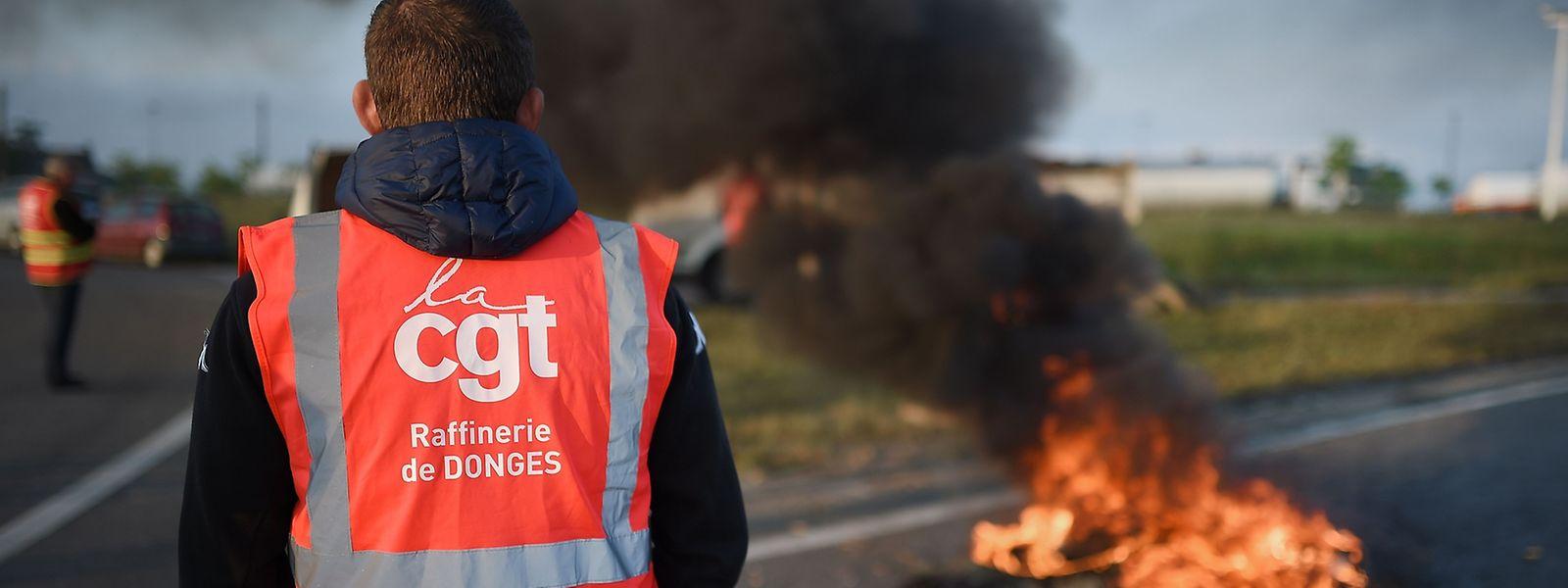 Quer durch Frankreich blockieren streikende Arbeiter die Straßen.