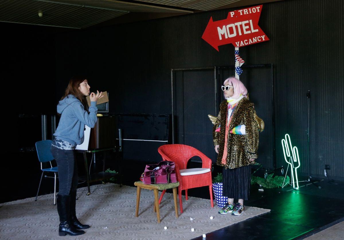 """Larisa Faber (l.) und Leila Schaus (r.) als streitende Lola und Maria in der schwarzen Komödie """"Emerald & Olive""""."""