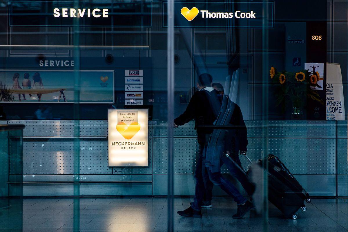 «Dieser Schalter ist heute geschlossen» steht auf einem Hinweiszettel am Thomas Cook Informationsschalter am Düsseldorfer Flughafen. Der insolvente deutsche Reiseveranstalter Thomas Cook hat alle Reisen bis einschließlich 31. Dezember abgesagt.