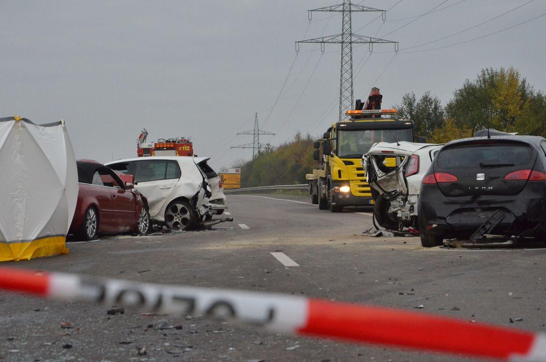 Nach der Massenkarambolage müssen sich drei Autofahrer vor Gericht für den Tod eines 30-jährigen Mannes verantworten.