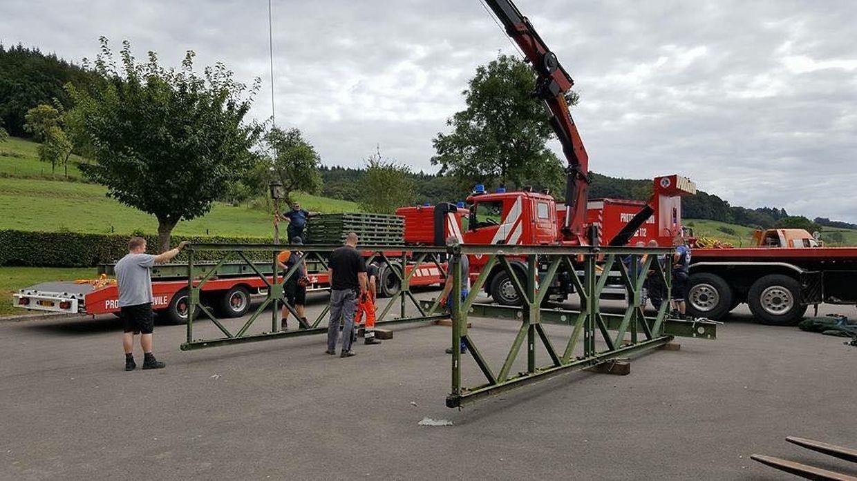 In mühevoller Millimeterarbeit wurde die Brücke zusammengeschraubt und dann in Position gebracht.