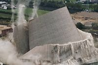 09.08.2019, Rheinland-Pfalz, Mülheim-Kärlich: Der Kühlturms des Kernkraftwerks Mülheim-Kärlich stürzt kontrolliert zusammen, nachdem Bagger nacheinander die Stützen entfernt hatten (Luftaufnahme mit einer Drohne). Über 30 Jahre, nachdem der Meiler nach nur 13 Monaten Laufzeit vom Netz ging, ist das einst das Neuwieder Becken nördlich von Koblenz dominierende, über 160 und zuletzt noch rund 80 Meter hohe Betonkonstrukt Geschichte. (recrop) Foto: Thomas Frey/dpa +++ dpa-Bildfunk +++