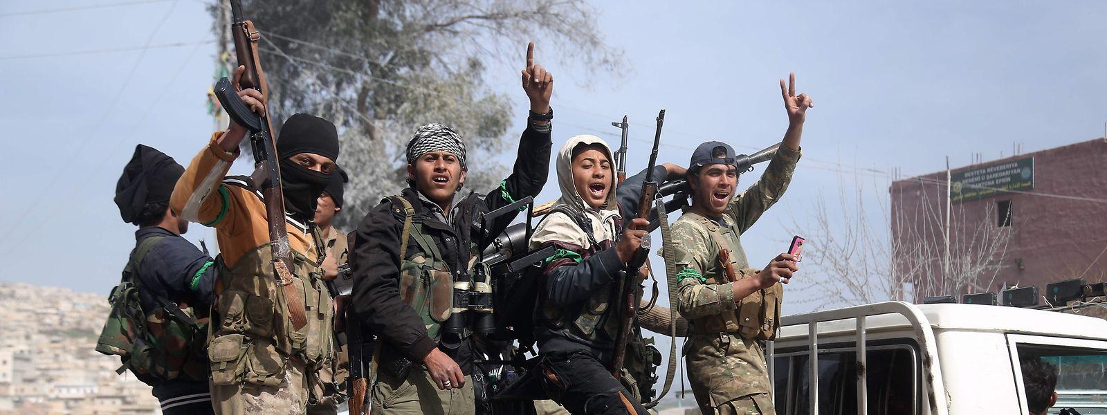 Von der Türkei unterstützte Syrische Kämpfer der Freien Syrischen Armee (FSA) feiern ihren Sieg in Afrin.