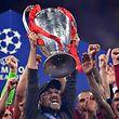 (ARCHIVOS) En esta foto de archivo tomada el 1 de junio de 2019, el entrenador alemán del Liverpool, Jurgen Klopp (C), levanta el trofeo tras ganar la final de la UEFA Champions League entre Liverpool y Tottenham Hotspur en el Estadio Wanda Metropolitano de Madrid.  - Doce de los clubes más poderosos de Europa anunciaron el lanzamiento de una superliga europea el 19 de abril de 2021 en un cambio potencialmente sísmico en la forma en que se maneja el fútbol, pero enfrentaron acusaciones de codicia y cinismo.  Seis equipos de la Premier League, Liverpool, Manchester United, Arsenal, Chelsea, Manchester City y Tottenham están involucrados, junto con Real Madrid, Barcelona, Atlético de Madrid, Juventus, Inter de Milán y AC Milán.  El técnico del Real Madrid, Florentino Pérez, quien ha sido anunciado como el primer presidente de la ESL, dijo que la división refleja los deseos de los grandes clubes.  (Foto de Ben STANSALL / AFP)