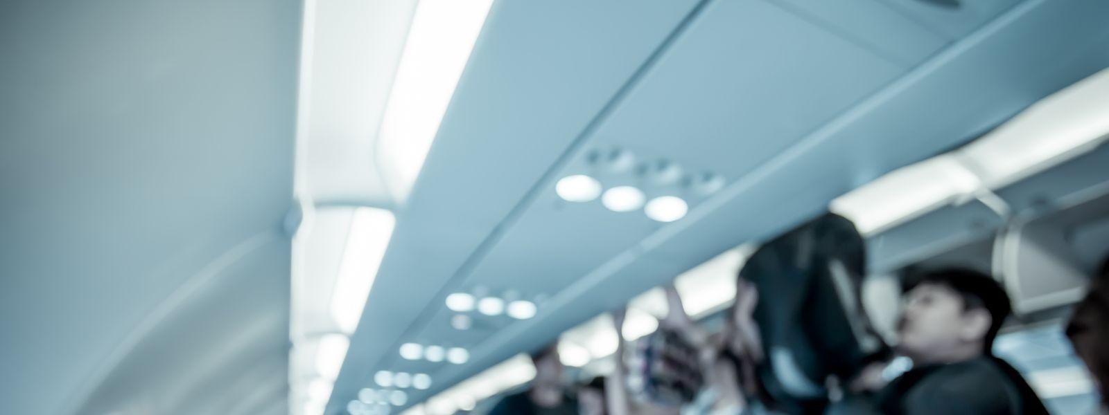 Wenn Einzelpersonen abgeschoben werden, greift das Ministerium in der Regel auf kommerzielle Flüge zurück.