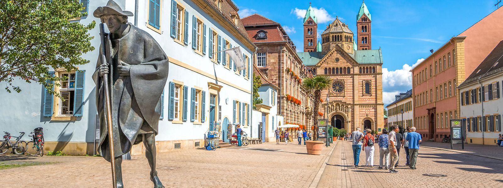 Blick von der Maximilianstraße auf das wohl wichtigste Bauwerk der Stadt Speyer: Der Kaiser- und Mariendom gilt als größte erhaltene romanische Kirche der Welt.
