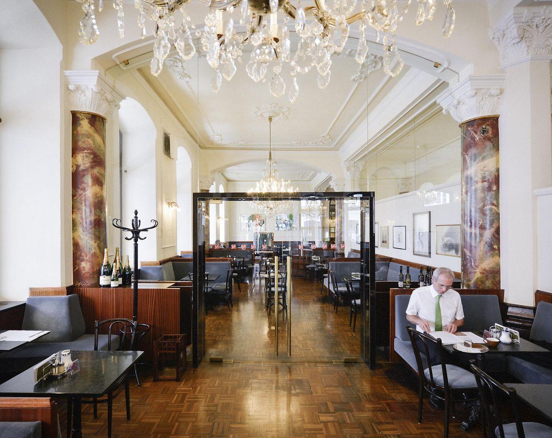 Entspannung bei einer heißen Tasse Kaffee und einem Stück Torte: Das Café Central in Innsbruck ist eine Institution.