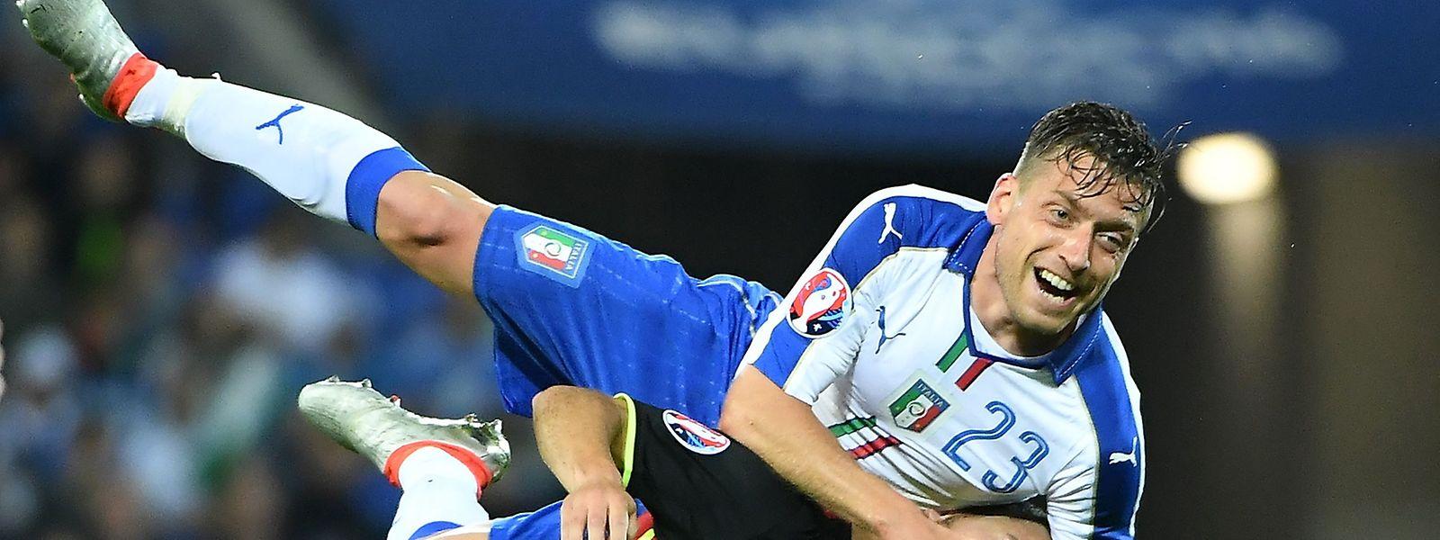 Voller Körpereinsatz: Emanuele Giaccherini (oben) gegen Belgiens Eden Hazard.