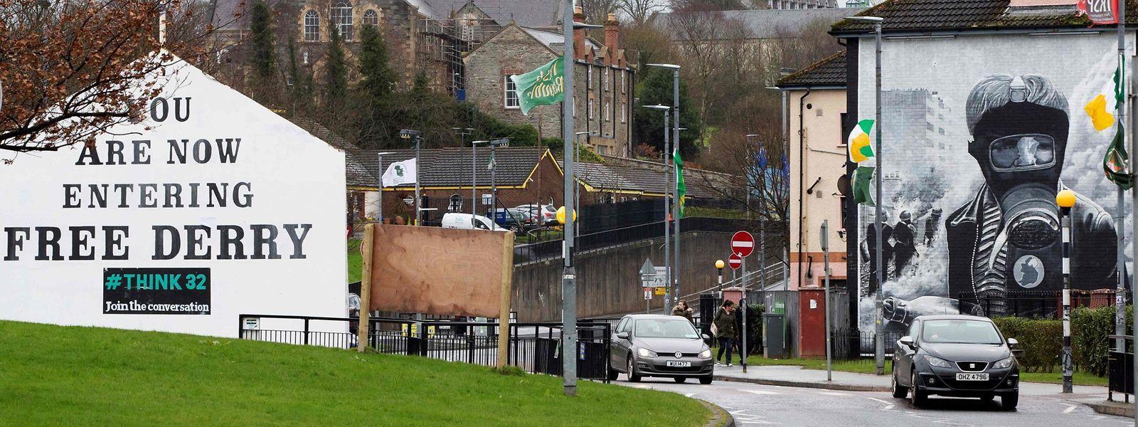 """Die Stadt Londonderry war bereits in der Vergangenheit von den sogenannten """"Troubles"""" stark betroffen. Wandbilder erinnern an die blutigen Zeiten."""
