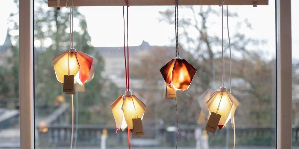 Stich für Stich: Die Lampen aus der Plane der Adolphe-Brücke werden von Mitarbeitern des Atelier Coopérations genäht.