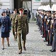 Le commandant et recteur de l'Ecole royale militaire et général-major d'aviation, Lutgardis Claes et le Grand-Duc passent en revue une troupe d'élèves officiers. Leur bouquet de plumes est blanc.