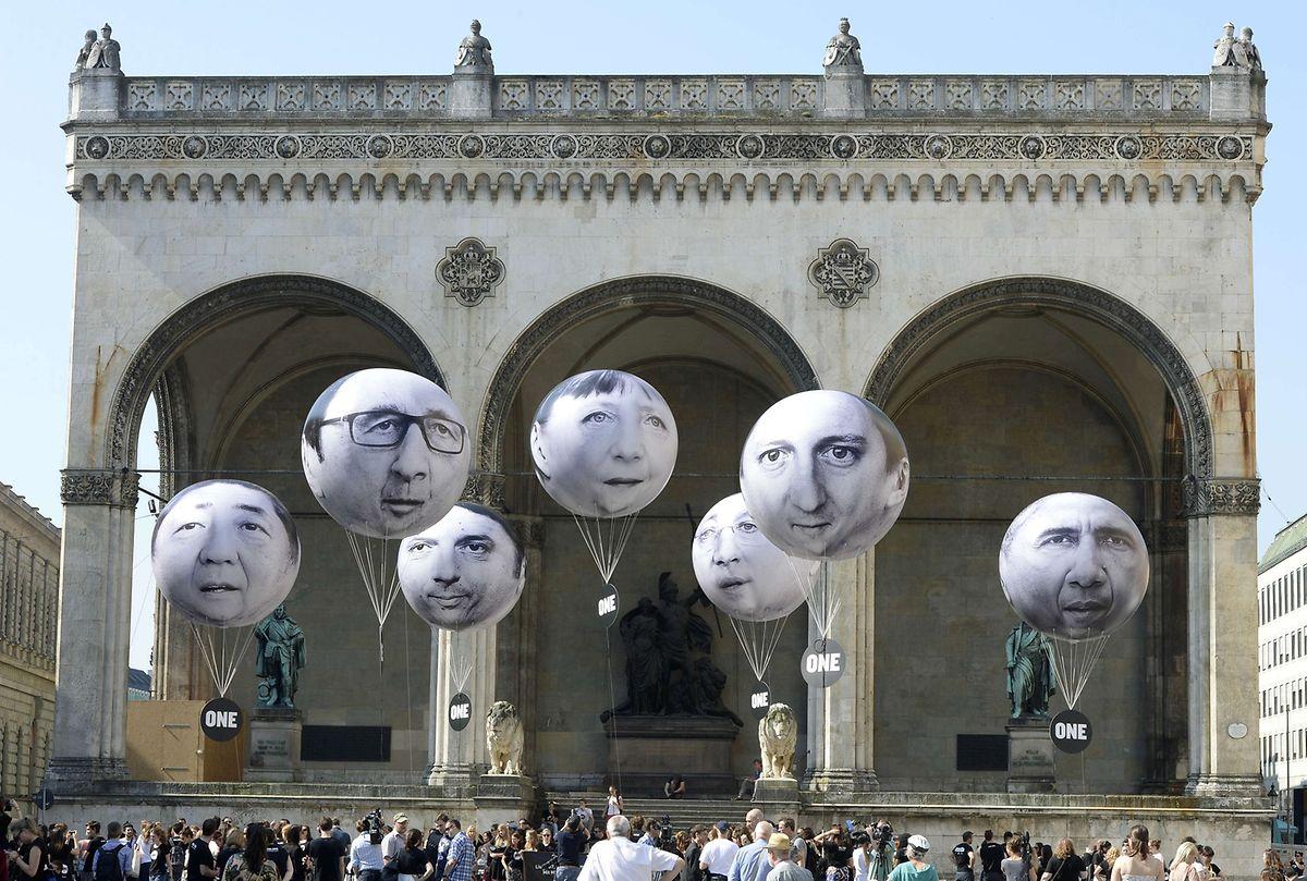 Aktivisten lassen Ballons mit den Konterfeis der G7-Chefs aufsteigen.