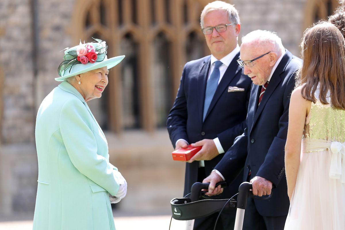 Anschließend unterhielt sich die Queen noch ein wenig mit Sir Tom Moore (r) und seiner Familie.