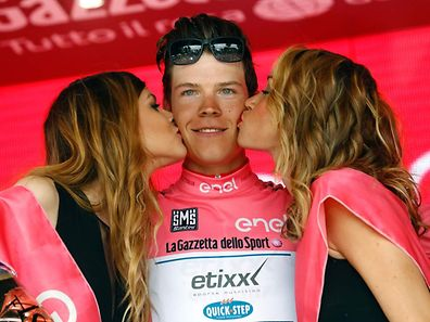 Luxembourg's rider Bob Jungels of team Etixx - Quick Step celebrates the pink jersey of the overall leader on the podium of the 11th stage of the 99th Giro d'Italia, Tour of Italy, from Modena to Asolo on May 18, 2016. Italy's Diego Ulissi of team Lampre-Merida won the stage ahead of Costa Rica's Andrey Amador of team Movistar and Pink jersey Luxembourg's rider Bob Jungels of team Etixx - Quick Step. / AFP PHOTO / LUK BENIES