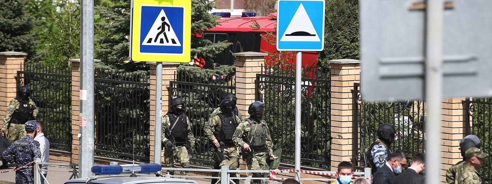 Bewaffnete Einsatzkräfte gehen zu dem Gymnasium Nummer 175. Bei einem Angriff auf die Schule im russischen Kasan sind mehrere Menschen getötet worden.