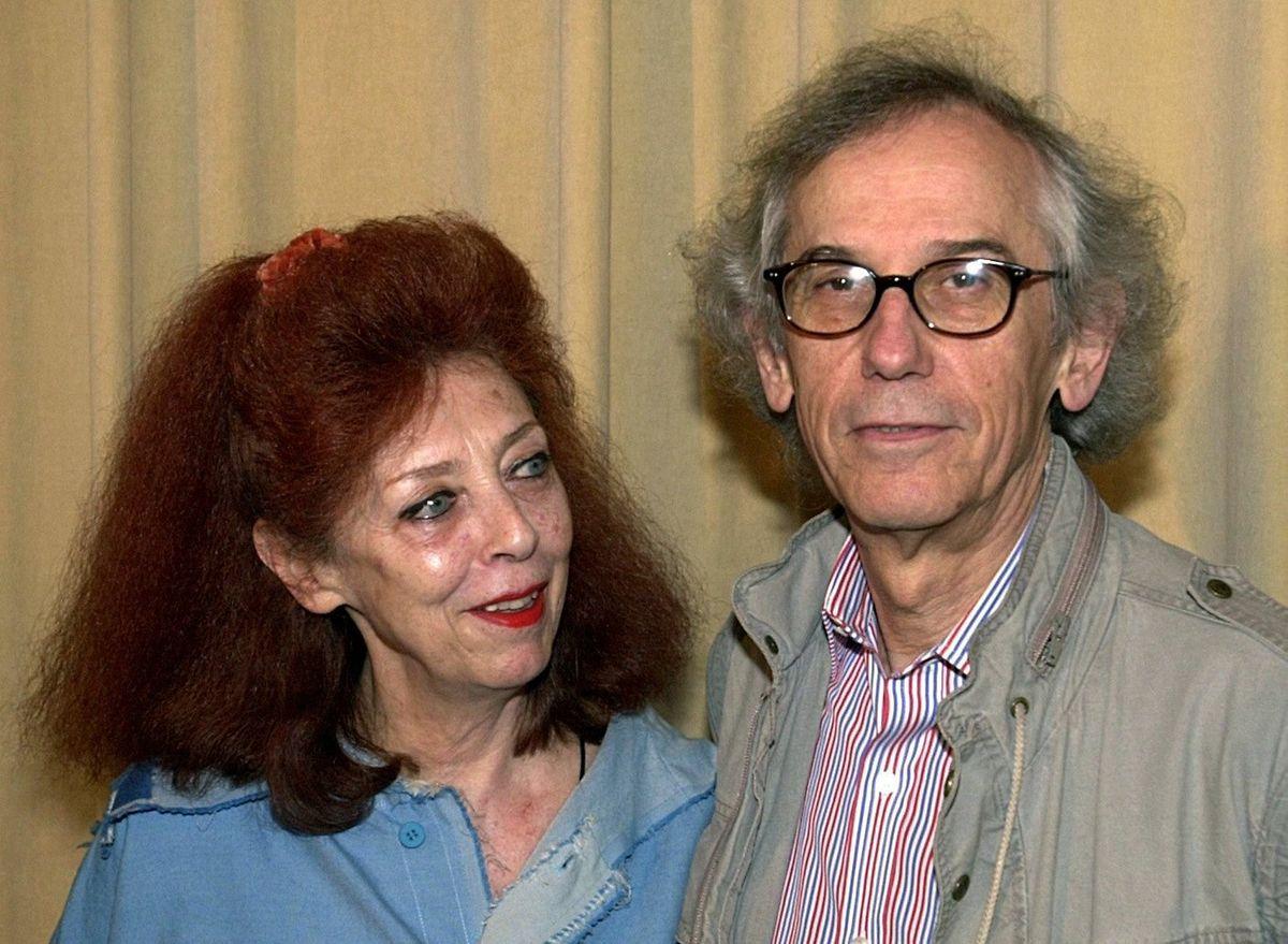 2001, Berlin: Das Künstlerpaar Christo und Jeanne Claude steht während einer Pressekonferenz im Berliner Martin-Gropius-Bau zusammen.