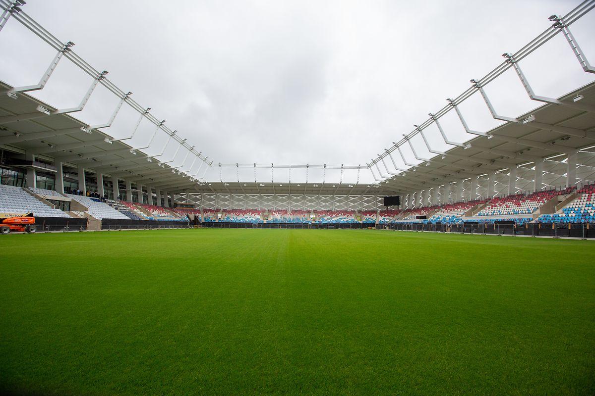 Ein perfekter grüner Rasen, Sitze in den Farben rot-weiß-blau und die unverkennbaren weißen Fassadenelemente prägen die neue Arena.