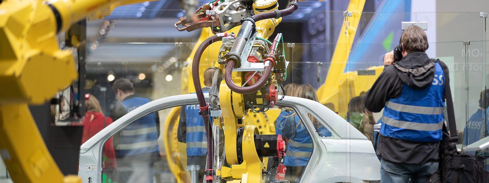 Ein Roboter arbeitet an einem Karosserieteil auf der Hannover Messe.