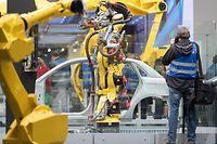31.03.2019, Niedersachsen, Hannover: Ein Roboter arbeitet an einem Kfz-Karosserieteil am Stand von Fanuc Deutschland GmbH auf der Hannover Messe. Vom 1. bis zum 5. April dreht sich auf der Hannover Messe alles um Vernetzung, lernende Maschinen und das Internet der Dinge. Foto: Friso Gentsch/dpa +++ dpa-Bildfunk +++
