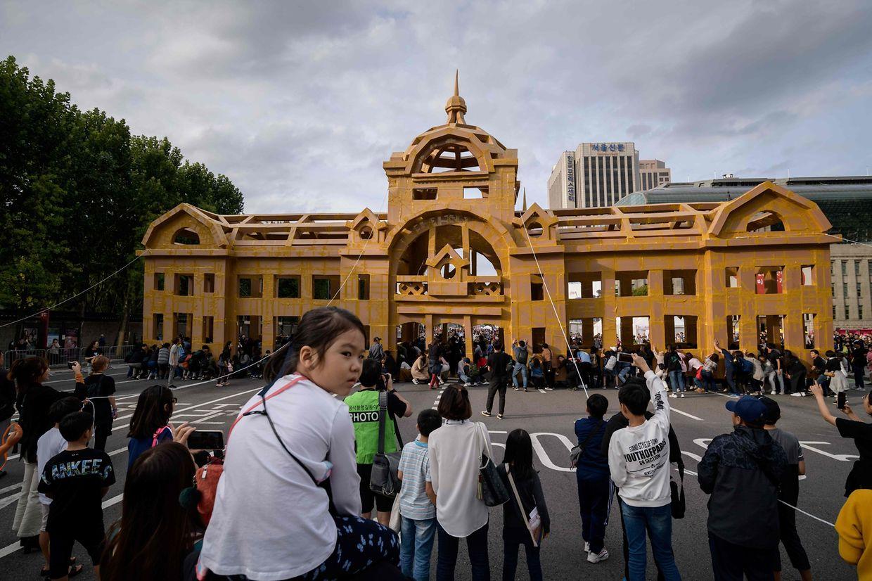 Seoul. Zum Abschluss des Seoul Street Arts Festivals in der südkoreanischen Hauptstadt dürfen Teilnehmer eine aus Pappkarton gebaute monumentale Struktur des französischen Künstlers Olivier Grosstete zerstören.