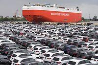 Bremerhaven: Neuwagen von Mercedes-Benz stehen auf einem Autoterminal zur Verschiffung bereit.