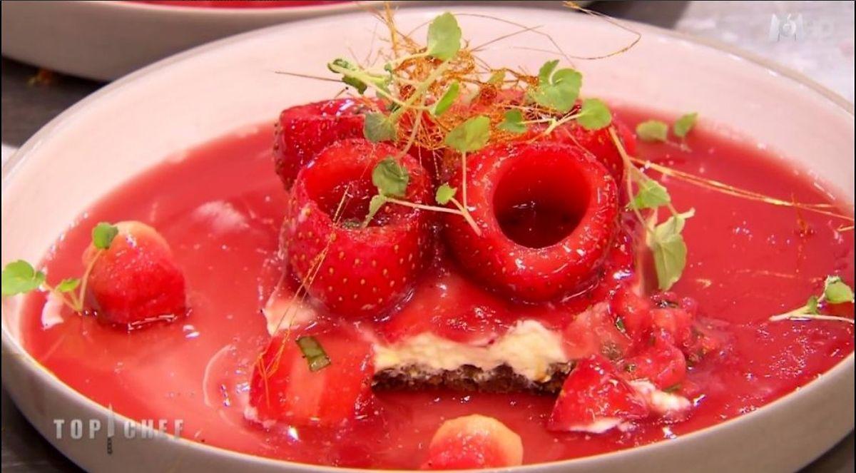 Aïe! Le cheesecake à la fraise de Thomas a rencontré des petits problèmes de dressage, dans l'émission de lundi!