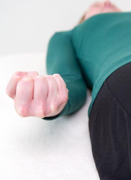 Nach der Muskelanspannung folgt bei der Progressiven Muskelrelaxation die Entspannung - körperlich und mental.