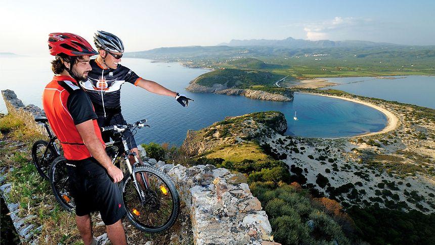 Am azurblauen Ionischen Meerneben der Ochsenbauchbucht undder Lagune von Gialova liegt Costa Navarino eingebettet in eine einzigartige ursprüngliche Naturlandschaft.