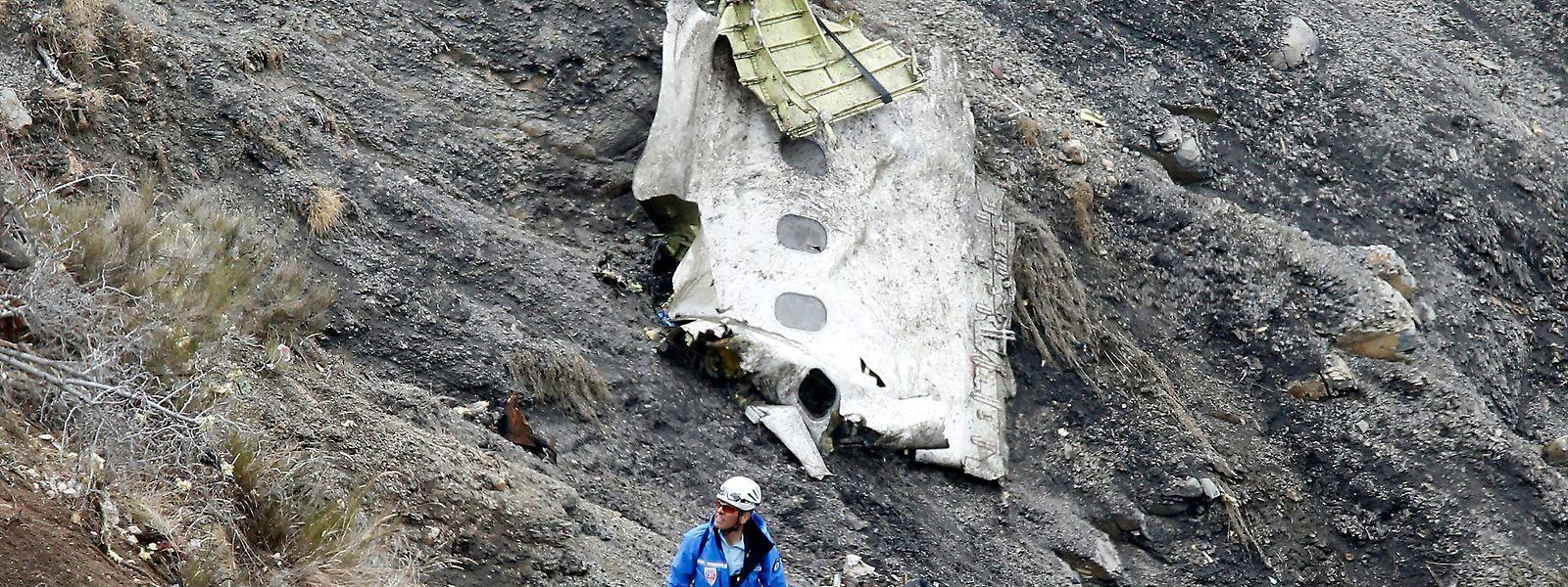 Ein Such- und Rettungshelfer steht am Absturzort des Germanwings Airbus A320, der am 24. März 2015 in den französischen Alpen zerschellt war.