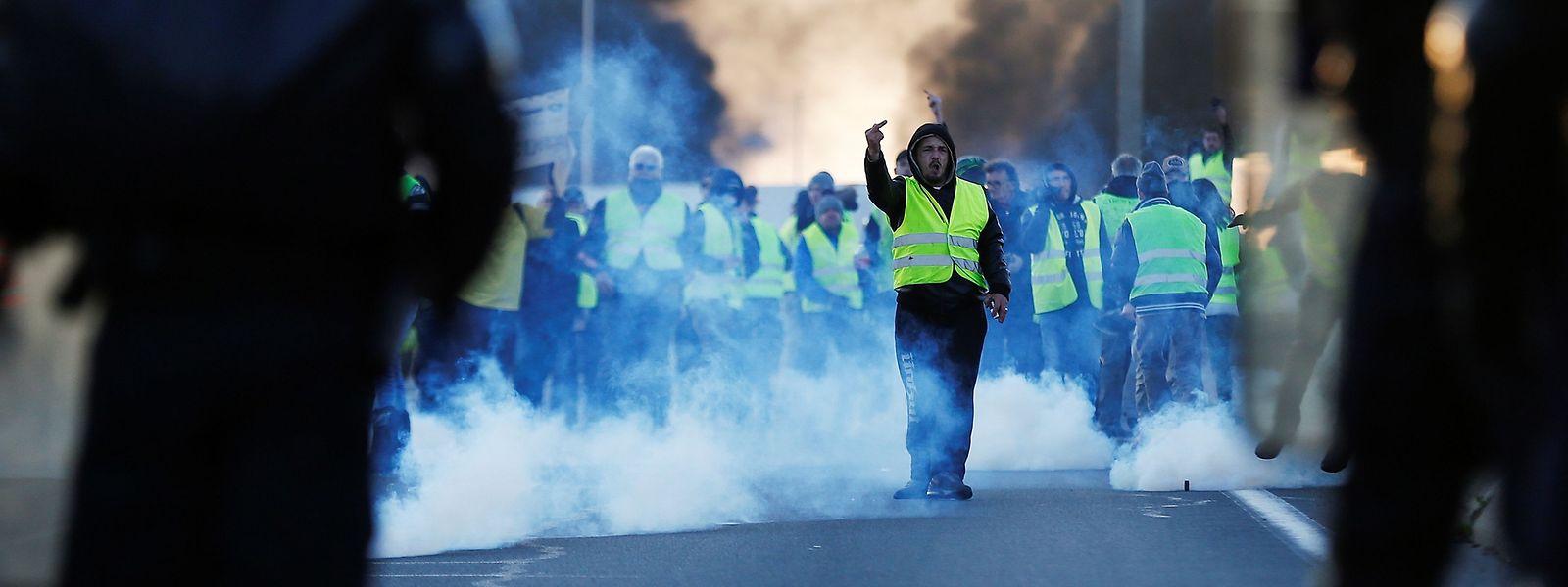 La contestation du prix des carburants a débouché sur une fronde plus diffuse, dont la spontanéité a écarté les partis comme les syndicats. Le Rassemblement national de Marine Le Pen tente toutefois de récupérer ce mouvement, sur un terrain laissé vacant par la gauche.