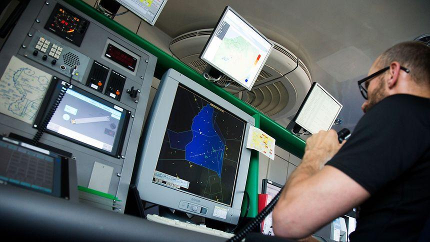 Da nun die Anflugkontrolle in Luxemburg bleibt, wird beim Personal der ANA eine integrale Lösung anvisiert, wobei die Radarlotsen, Towerlotsen und die radargestützte Parkraumüberwachung in einer Abteilung zusammengeführt werden sollen.