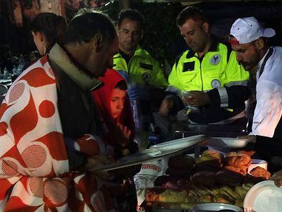 Helfer versorgen die Erdbebenopfer im Latium mit einem warmen Essen.