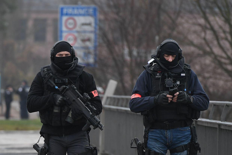 Einheiten der französischen und deutschen Polizei fahnden mit Hochdruck nach dem Flüchtigen.