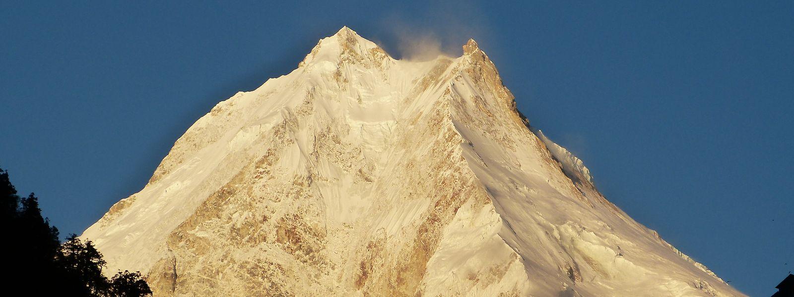 Der Mount Manaslu im Himalaya, einer der höchsten Berge der Welt, aufgenommen in der Morgensonne.