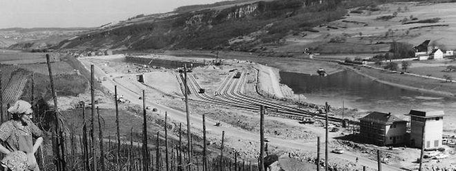 Ein neuer Ausblick an der Mosel: Während der Arbeit in den Weinbergen sehen die Winzer im März 1966 dem Ende der Bauarbeiten im Hafen entgegen.
