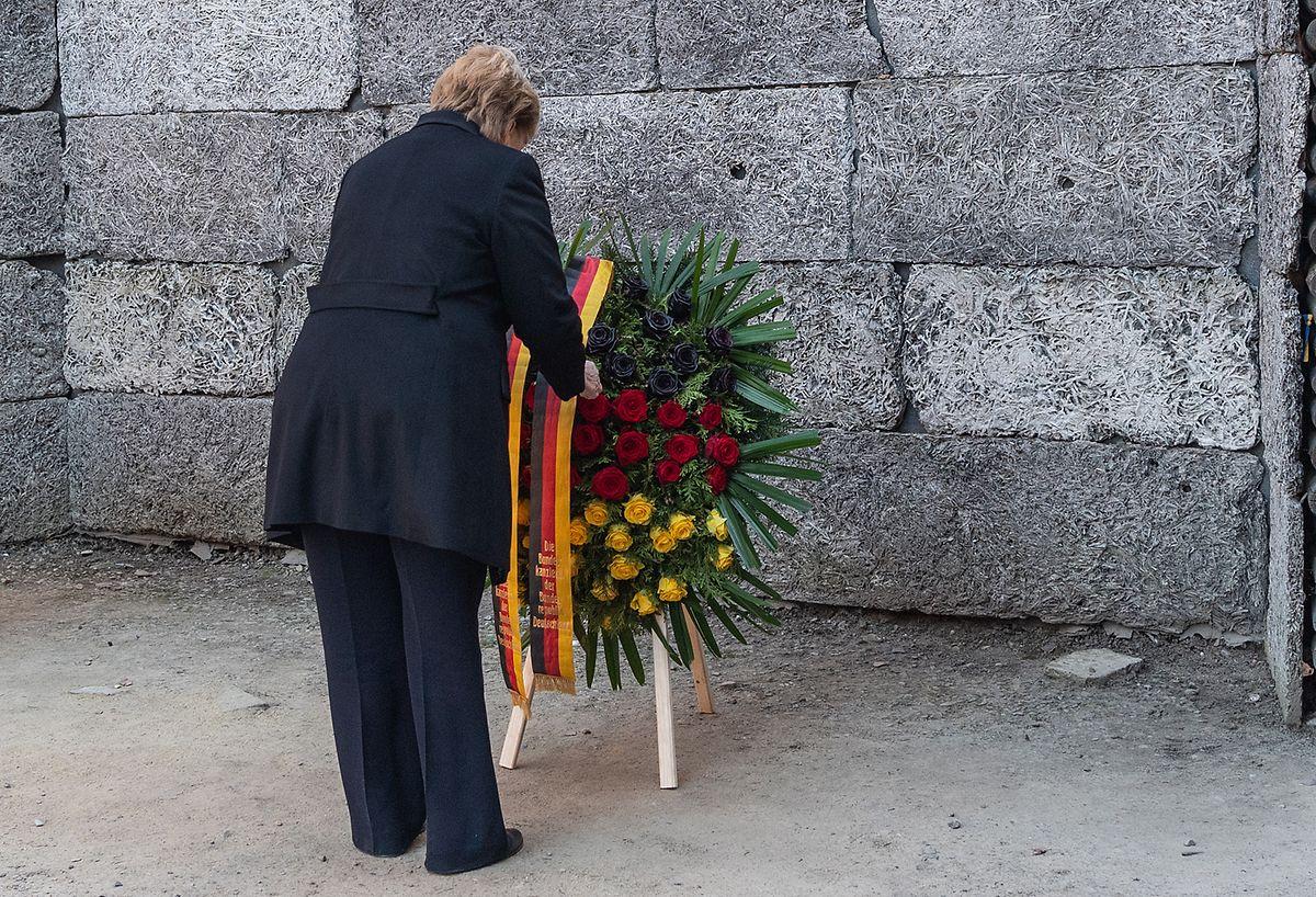 Bundeskanzlerin Angela Merkel (CDU) bei einer Kranzniederlegung an der Todesmauer im ehemaligen deutschen Konzentrationslager Auschwitz.