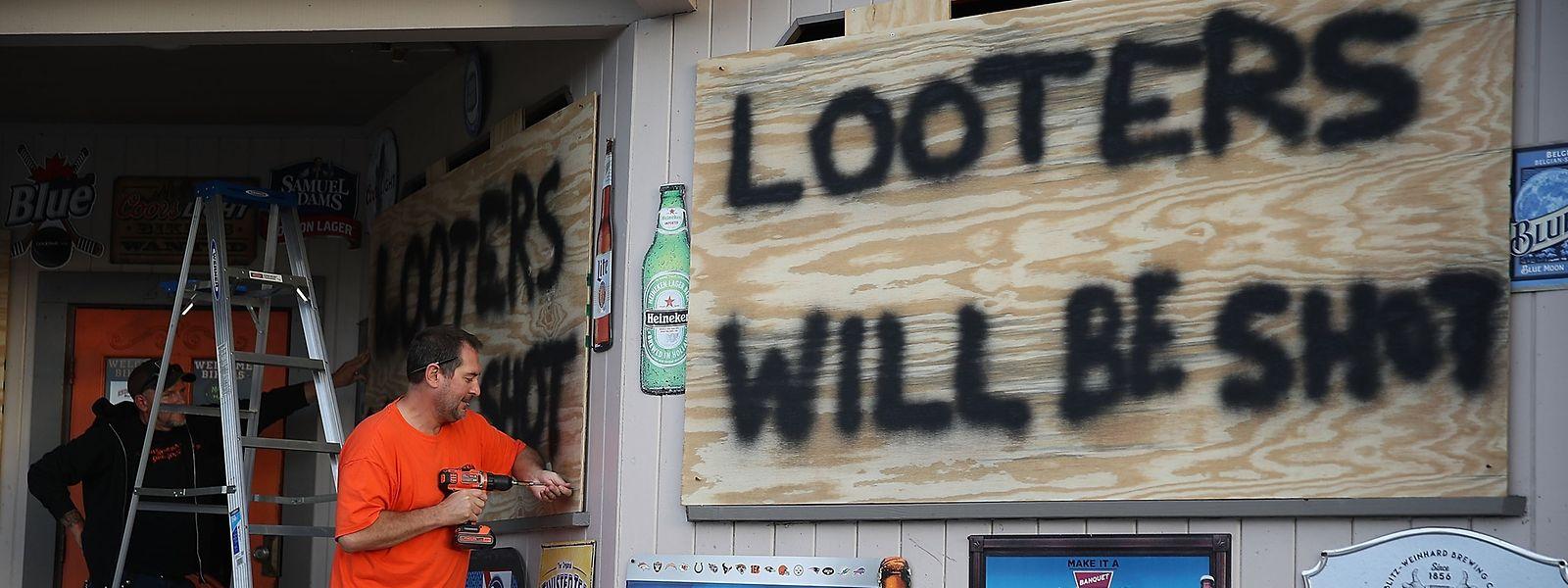 Ein Ladenbesitzer bereitet sich auf den Sturm vor - und auf mögliche Folgen.