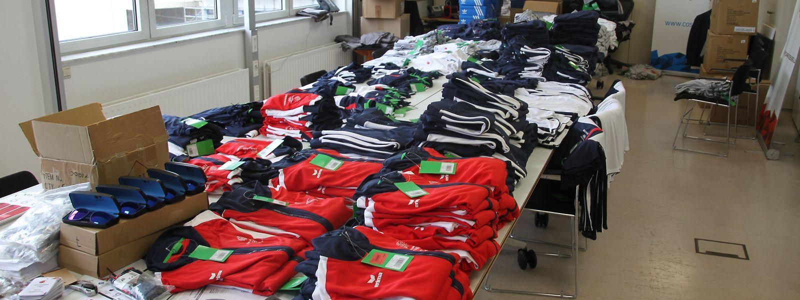 Kleidung, Pins, Sonnenbrillen und vieles mehr wird das Nationale Olympische Komitee an die Sportler und Funktionäre verteilen.