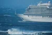 23.03.2019, Norwegen, Hustadvika: Das Kreuzfahrtschiff  «Viking Sky» driftet in Richtung Land. Das Kreuzfahrtschiff mit 1300 Passagieren an Bord ist vor der norwegischen Küste in Seenot geraten und hat ein Notsignal gesendet. Das Schiff habe ein Motorproblem, weshalb es evakuiert werden müsse, teilte die Polizei mit. Foto: Frank Einar Vatne/NTB scanpix/dpa +++ dpa-Bildfunk +++