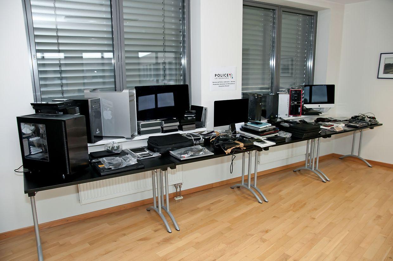 Die Auswertung der beschlagnahmten Computer, Tablets, Mobiltelefone und Speichermedien steht noch aus.