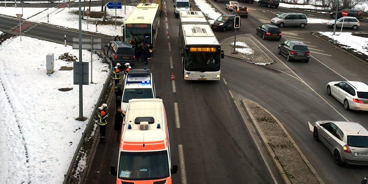 Die Autofahrerin wollte links in Richtung Autobahn abbiegen. Auf der Gegenfahrbahn stieß sie mit einem Bus zusammen.
