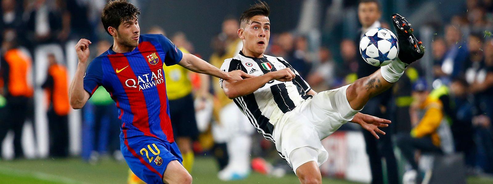 Paulo Dybala, hier gegen Barcelonas Sergi Roberto (l.), brachte Juventus mit zwei Treffern auf die Siegerstraße.