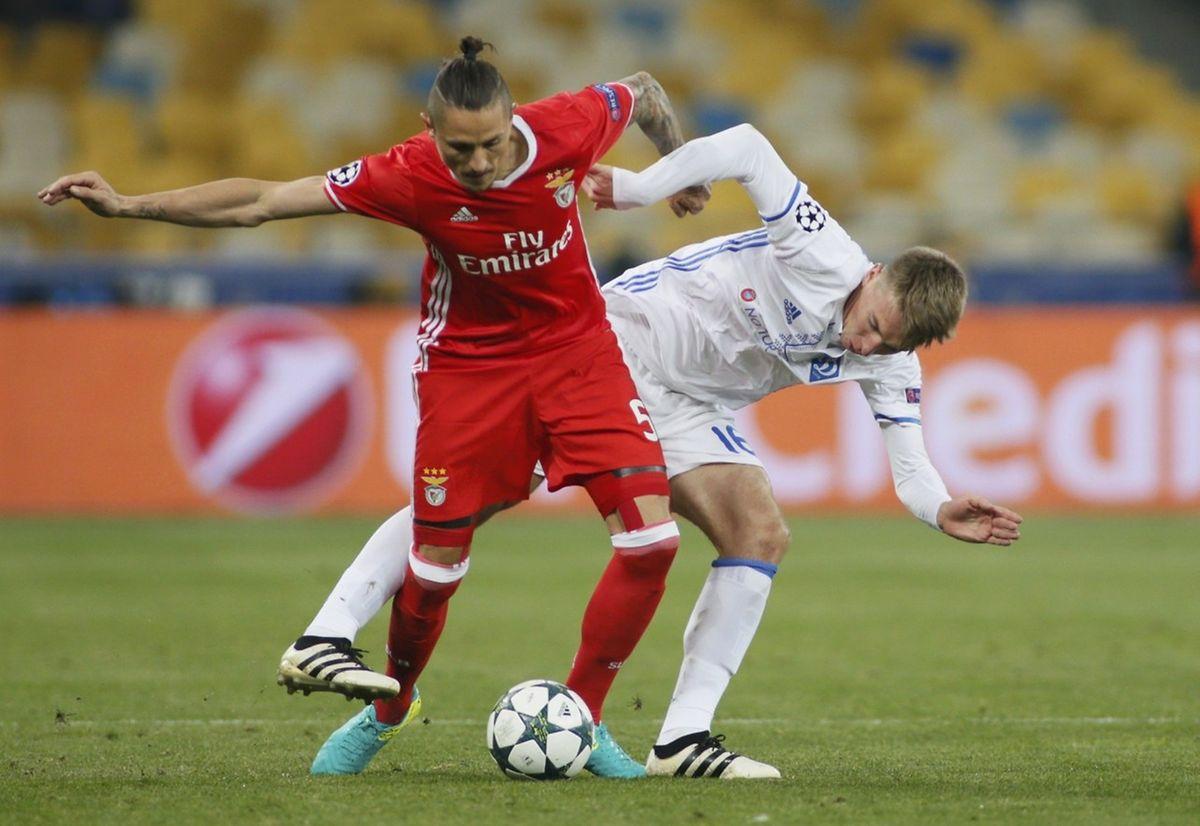 Le duel entre Ljubomir Fejsa (Benfica, en rouge) et Serhiy Sydorchuk (Dynamo Kiev) a tourné à l'avantage du premier nommé