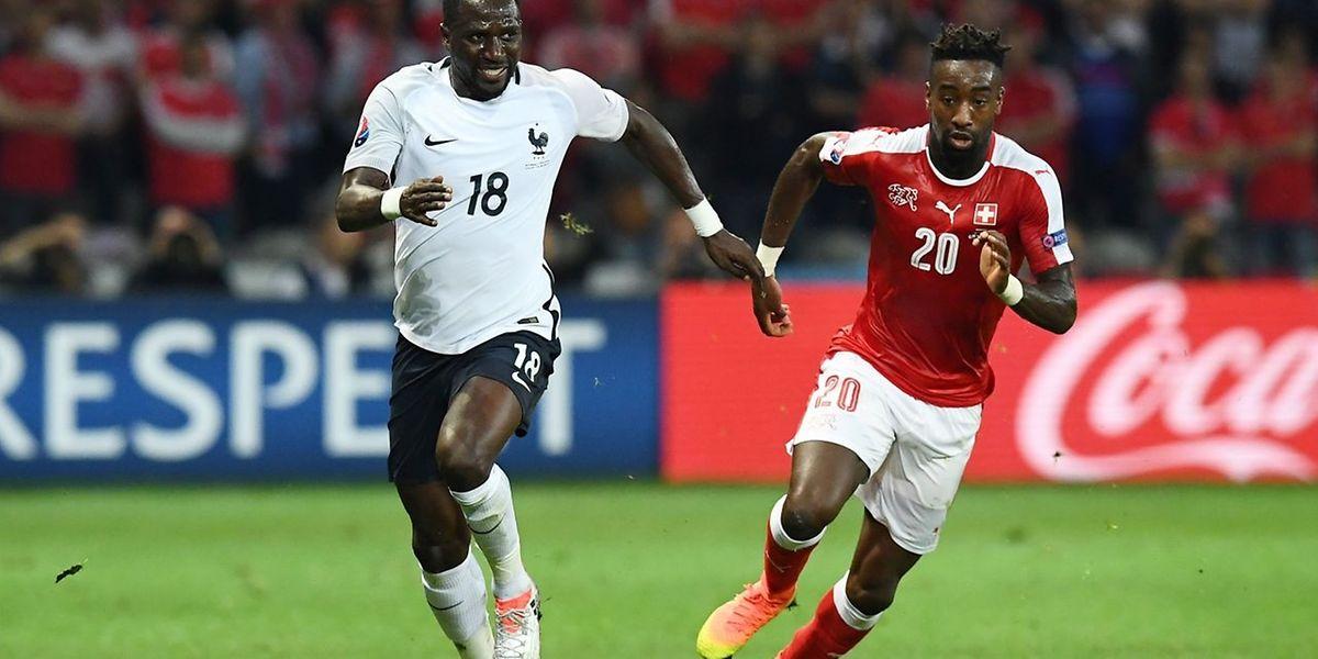 Moussa Sissoko, ici devant Johan Djourou, a tenté beaucoup de choses intéressantes face à la Suisse.