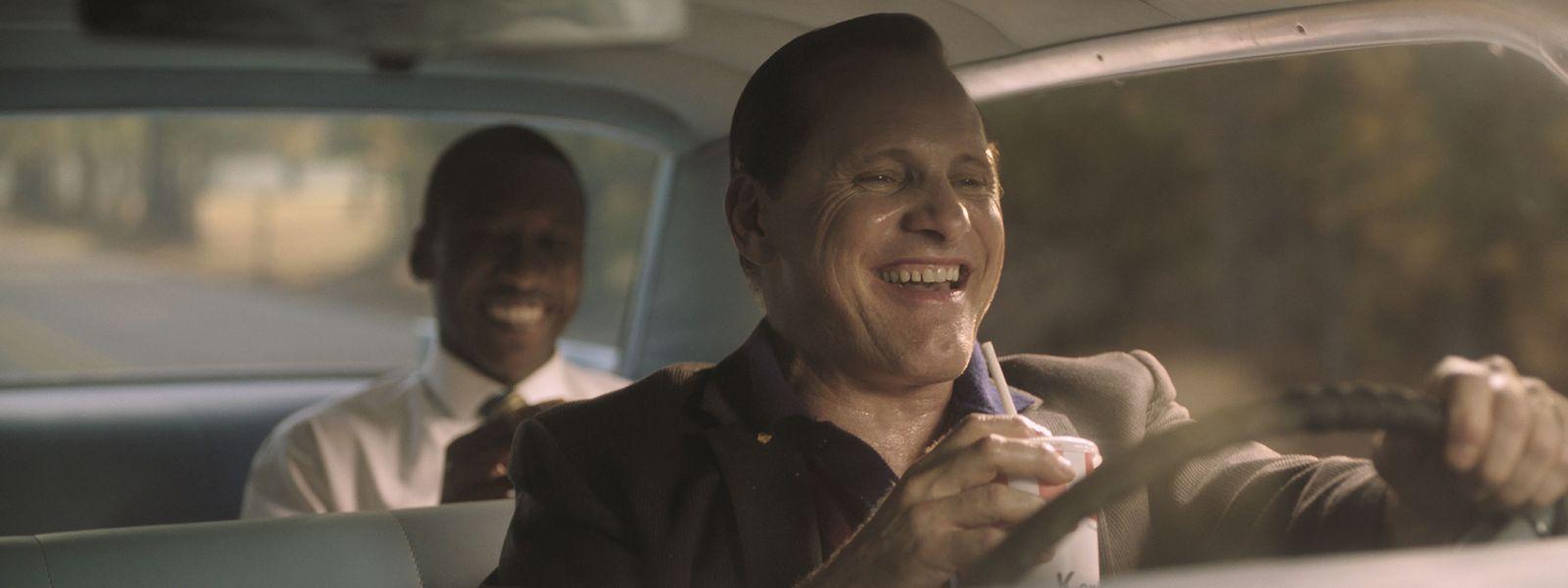 """Zwei Welten treffen aufeinander: Nachtclub–Rausschmeißer und nun Chauffeur Tony (Viggo Mortensen) und sein """"Boss"""", der feingeistige, farbige Pianist Don Shirley (Mahershala Ali)."""
