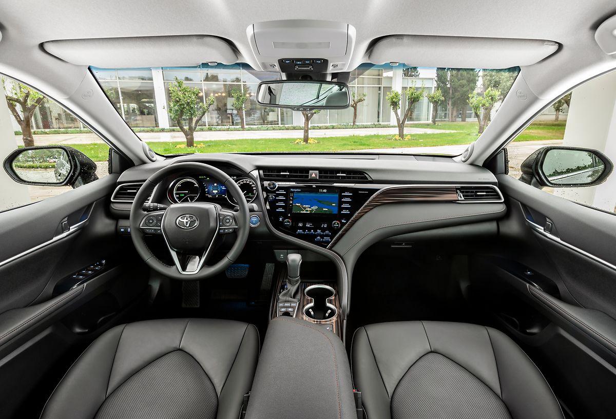 Das Camry-Cockpit überzeugt mit seinem modernen Ambiente.