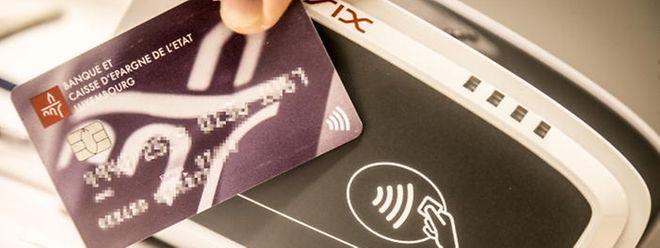 """Die Karte muss in einem Abstand von maximal vier Zentimetern an das Terminal gehalten werden. Ansonsten ist die Karte """"stumm"""" und sendet keine Signale."""