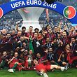 Portugal's players pose with the trophy after they beat France during the Euro 2016 final football match at the Stade de France in Saint-Denis, north of Paris, on July 10, 2016. / AFP PHOTO / PHILIPPE DESMAZES